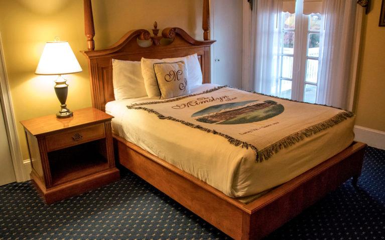 Room Inside The Mimslyn Inn :: I've Been Bit! Travel Blog