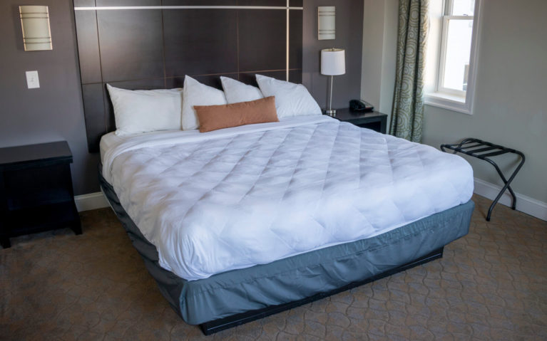 King Room at the Robert E Lee Hotel :: I've Been Bit! Travel Blog