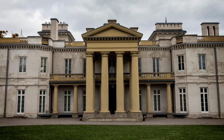 The Front Entrance to Dundurn Castle :: I've Been Bit! Travel Blog