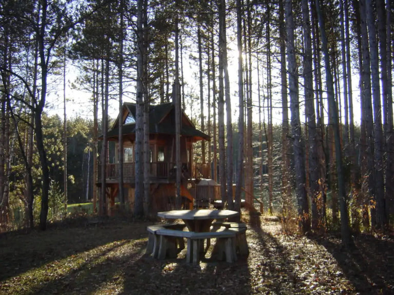 Treehouse in Port Perry From Afar - Image From Airbnb :: I've Been Bit! Travel Blog