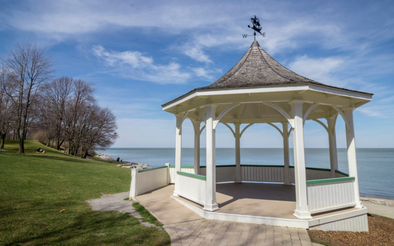 Queens Royal Park with Lake Ontario in the Background :: I've Been Bit! Travel Blog